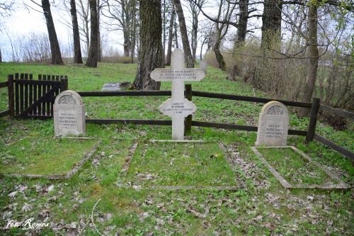 Kożuchy Wielkie - kwatera wojenna na cmentarzu ewangelickim,jest miejscem spoczynku 11 żołnierzy armii niemieckiej poległych w Iwś 1914-15