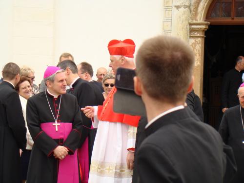 Biskup Nitkiewicz zaprasza do posadzenia dębu.
