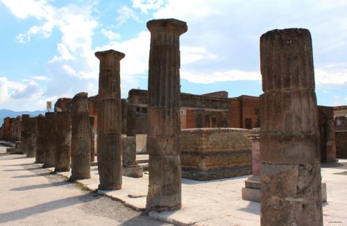 Pompeje posiadały system kanalizacyjny poprowadzony wzdłuż ulic. Woda do fontann ulicznych, term i bogatszych domów dostarczana była akweduktem.