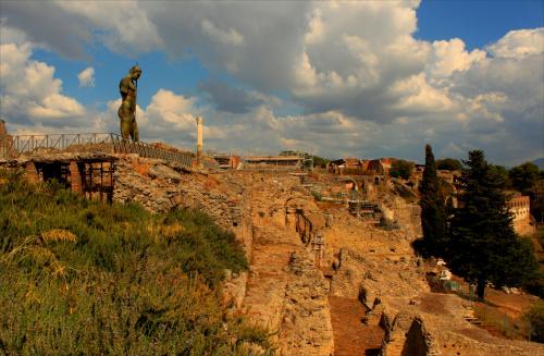 """Włochy, Pompeje, rzeźba Igora Mitoraja """"Dedal"""" 2010 r."""