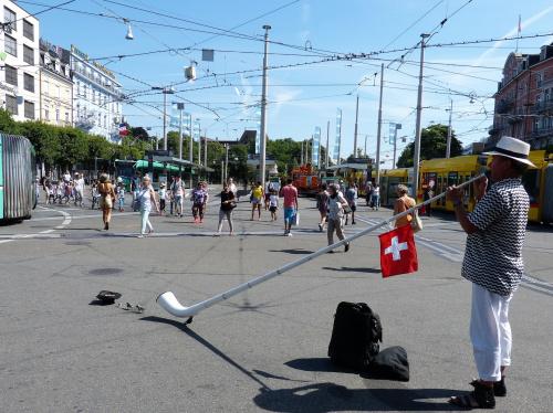 Przed dworcem W Basel grający na rogu alpejskim