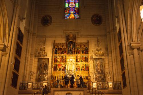 Ołtarz główny z figurką Najświętszej Maryi Panny Almudena