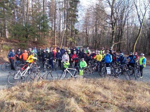 Zdjęcie grupowe na leśnym rondzie przed Przybyłowem