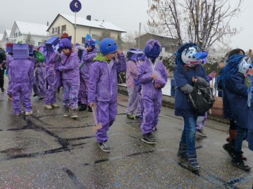 dzieci obficie sypią konfetti i rzucaja cukierki