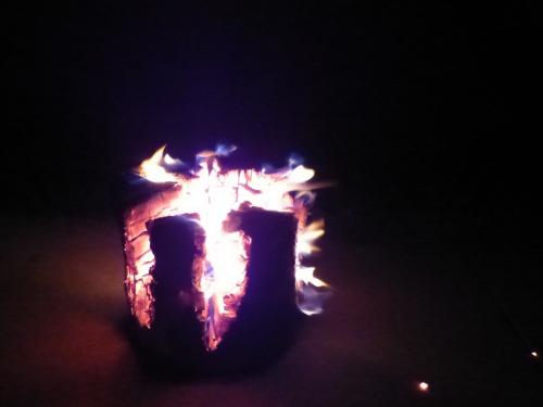 Sylwestrowy zwyczaj palenia ognia w specjalnie nacietych pniakach