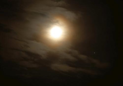Bliskie spotkanie Księżyca i Jowisza