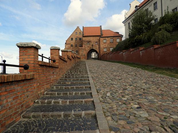 Z zamku niewiele zostało, ale wjazd jest imponujący;)