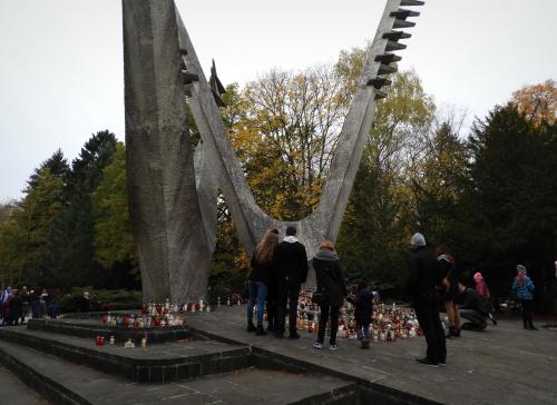 Pod pomnikiem Braterstwa Broni.