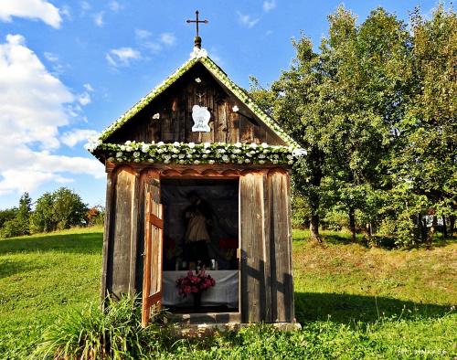 Drewniana kapliczka ... Huta Stara; świętokrzyskie ...