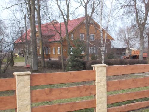 Jazowa i drewniany dom z podcieniem.
