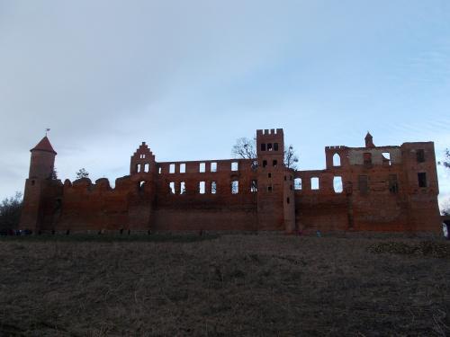 Szymbark-ruina gotyckiego zamku kapituły pomezańskiej z szansami na odbudowę. Najwspanialsza panorama zamku. Prawie 100 metrów długości.