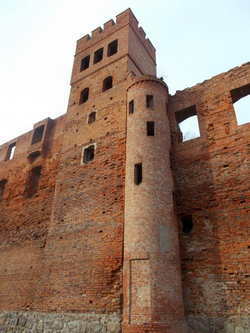 Szymbark-ruina gotyckiego zamku kapituły pomezańskiej z szansami na odbudowę. Dobudowana klatka schodowa z zamurowanymi drzwiami, żeby było bliżej na ... korty tenisowe.