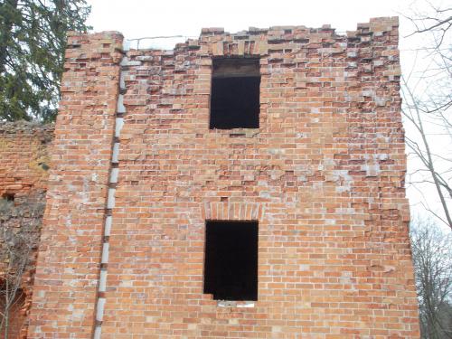 Szymbark-ruina gotyckiego zamku kapituły pomezańskiej z szansami na odbudowę. Fragment murów gotyckich ocieplony ... styropianem.