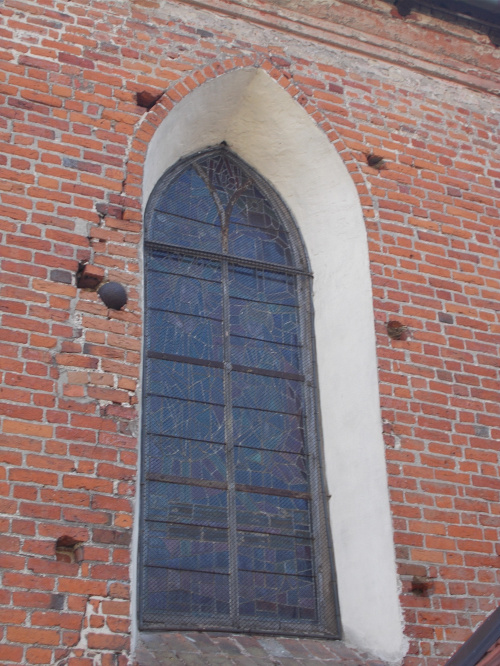 Pasłęk - kościół św. Bartłomieja. Kula armatnia w ścianie budowli.
