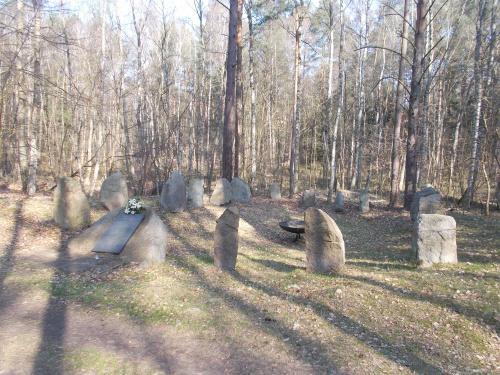 Miejsce pamięci na Szlak Jantarowym, który prowadzi z tyłu obozu Stutthof.