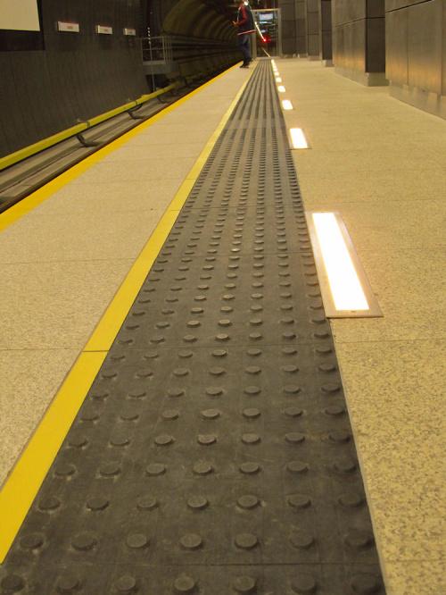 """Nowe oznakowanie dla niewidomych,Stacja metra (C16) """"Szwedzka"""""""