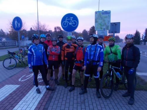 Teraz widać wszystko - grupa na początku/końcu szlaku w Elblągu na rondzie Kaliningrad