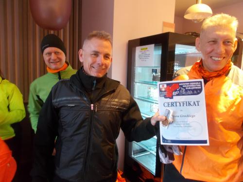 Artur odebrał certyfikat ukończenia maratonu dookoła dawnego województwa elbląskiego