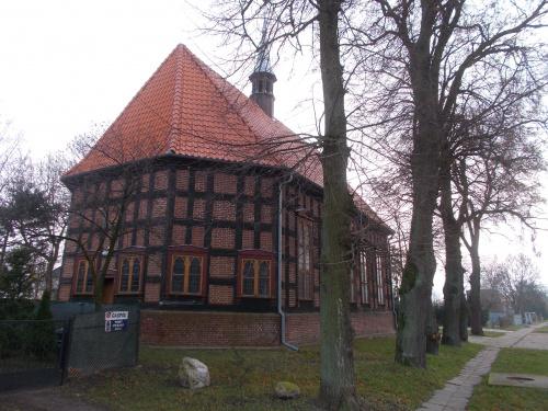 Świerki i zabytkowy kościółek