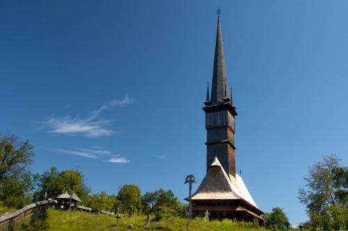 Drewniany kościół w Surdesti szczycący się najwyższą drewnianą wieżą w Europie - 54 m