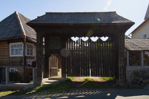Budesti - brama marmaroska przy głównej ulicy