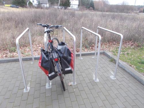 Sztutowo-jak stworzyć parking rowerowy nie zabierając za dużo miejsca samochodom? Ano tak. Odstępy 30 cm nie gwarantują sukcesu.