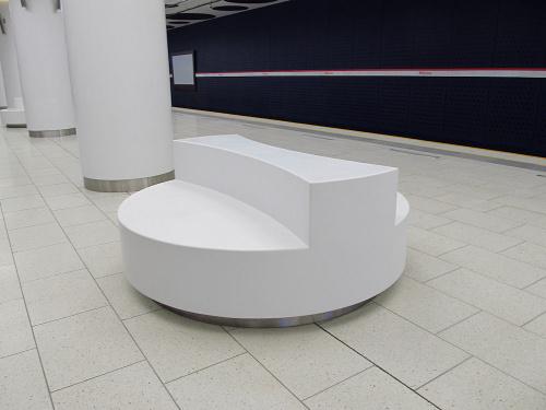 Metro MłMeble na peronie stacji Metro Młynów
