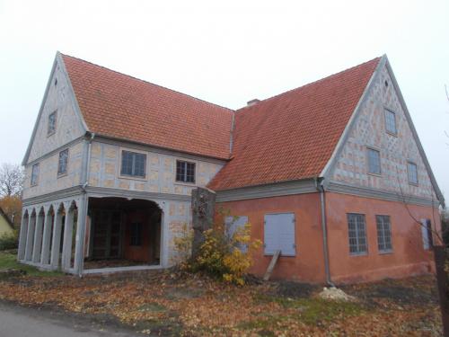 Złotowo-trwa odbudowa spalonego domu podcieniowego