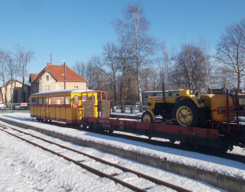Nowy Dwór Gdański-Żuławska Kolej Dojazdowa ma nawet traktor w swoich kolorach :)