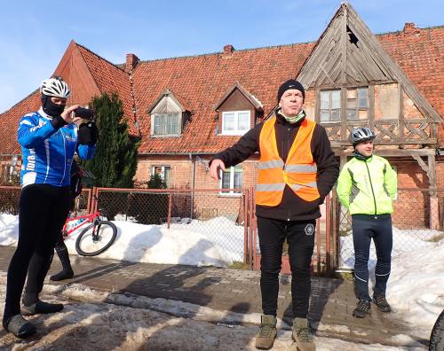 Pagórki i Leszek Marcinkowski w akcji przy miejscowym domu podcieniowym
