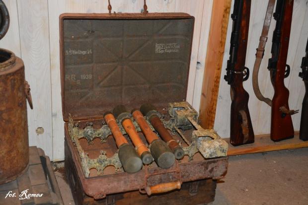 Skrzynka na nosidło granatow trzonkowych.
