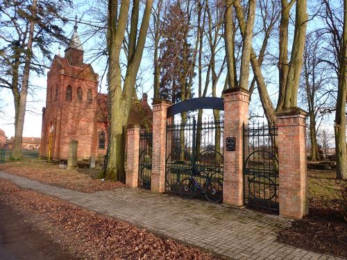 Rozgart-kościół z unikalną dzwonnicą i odnowioną bramą na cmentarz