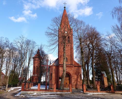 Pasłęk-cerkiew greckokatolicka i wieża ciśnień w tle