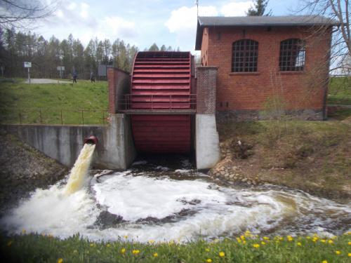 Pochylnia Kąty-źródełko i wyjaśnienie, dlaczego mechanizmy stoją. Woda nie idzie na koło, tylko jest spuszczana z jego pominięciem.