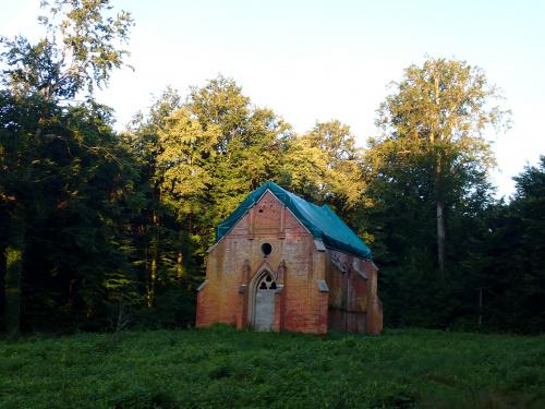 Gładysze-dawna kaplica grobowa rodu zu Dohna. Remontowana od jakiegoś czasu, ale jakby powoli.