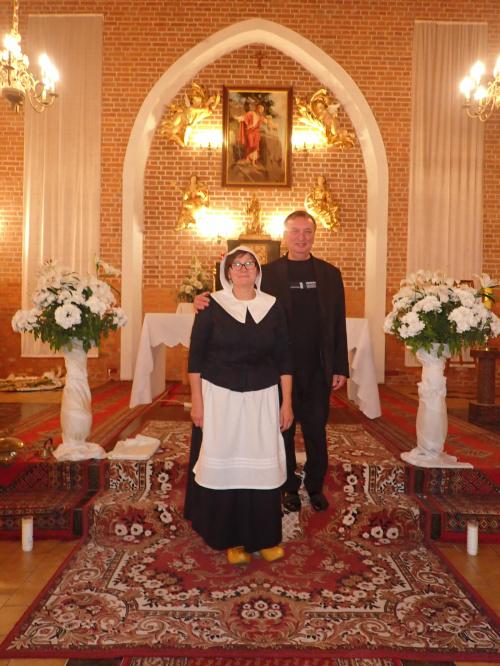 Elżbieta z proboszczem Kazimierzem Klabanem